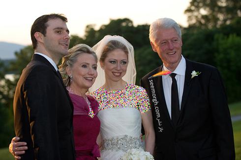 چلسی کلینتون در کنار همسرش، مارک مزوینسکی و والدینش بیل و هیلاری کلینتون