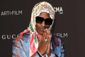 تیپ عجیب خواننده سرشناس مرد با مانتو و روسری!! عکس