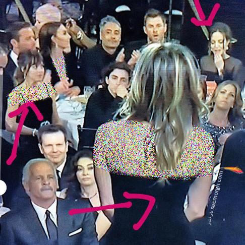 آنجلينا جولي در سمت راست تصوير بي تفاوت به صحبت هاي جنيفر آنيستون برروي صحنه
