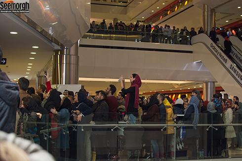 حضور جمعیت زیاد مردم در پردیس سینمایی کوروش برای اکران مردمی آینه بغل