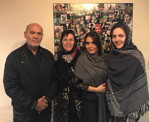 آزاده زارعي در کنار خانواده جمشيد هاشم پور