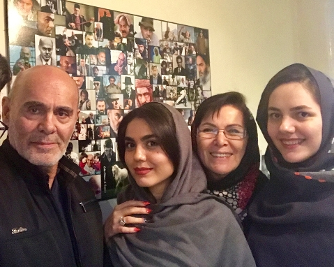 جمشید هاشم پور و همسر و دخترش به همراه آزاده زارعی
