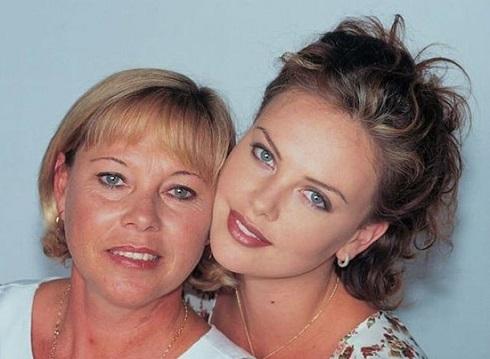 شالیز ترون و مادرش