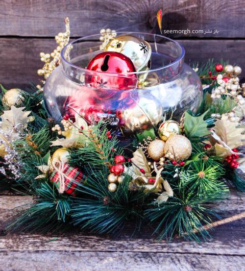 تزيين ميز شام کريسمس با گوي و ظروف بلوري