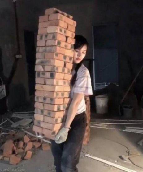 دختر زیبایی که یک کارگر ساختمانی است