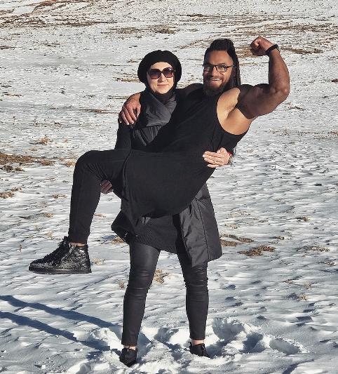 قدرت نمايي ليلا رجبي با بلند کردن همسرش