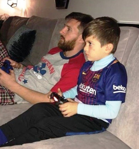 مسی و پسرش درحال بازی با پلی استیشن