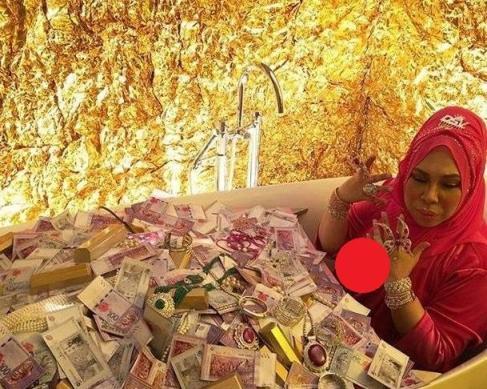 زن ثروتمند در وان حمام به همراه پول و طلا هایش