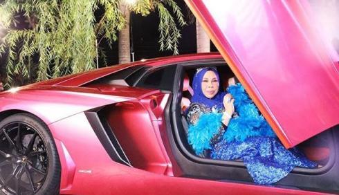 زن ثروتمند سوار بر لامبورگینی