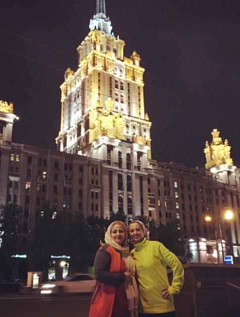 نفیسه روشن در کنار مادرش در روسیه
