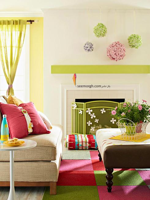 روی میز پذیرایی یک گلدان کوچک سبز با گل های ریز بهاری قرار دهید