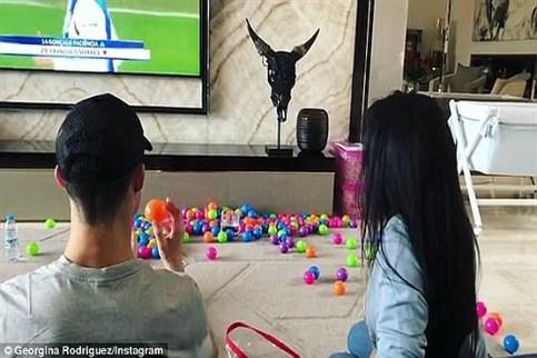 بازی کردن رونالدو و نامزدش