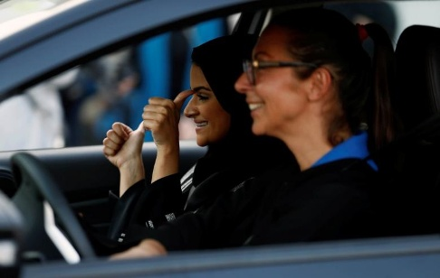 آموزش رانندگي به زنان عربستاني