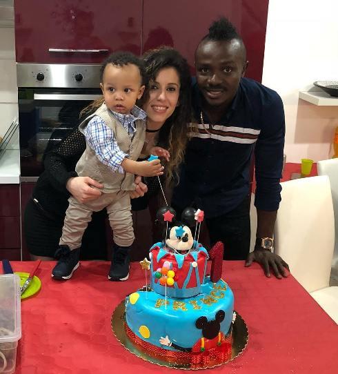 گادوین منشا و همسرش در کنار فرزندشان