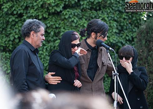 دختر، پسر و همسر ناصر چشم آذر در مراسم تشییع وی