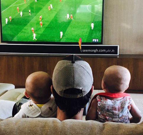انریکه ایگلسیاس در حال تماشای فوتبال با فرزندانش