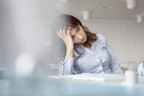 علایم کمبود شدید ویتامین B12 در زنان که نیاز فوری به پزشک دارد