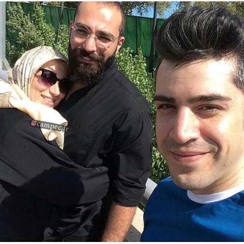 حمید صفت در کنار مادرش