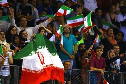 تماشاگران زن با حجاب در دیدار تیم ملی والیبال