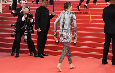 کریستین استوارت با پای برهنه روی فرش قرمز کن 2018