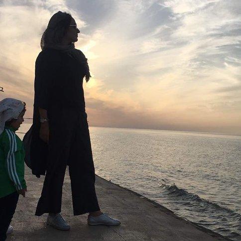 مهناز افشار و دخترش لب دریا