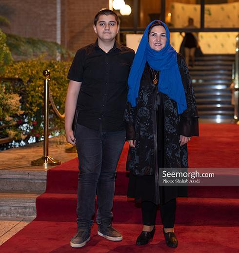 آذر معماریان و پسرش در ضیافت افطاری خیریه مهر لیلا
