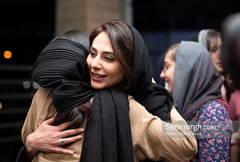 رعنا آزادی ور در کنار هوادارانش  در اکران مردمی چهار راه استانبول