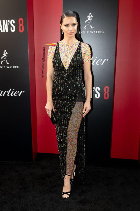 مدل لباس در اولین اکران فیلم Ocean's 8 - آدریانا لیما Anne Hathaway با لباسی از برند روبرتو کاوالی Roberto Cavalli و کفش هایی از برند سوفیا وبستر Sophia Webster