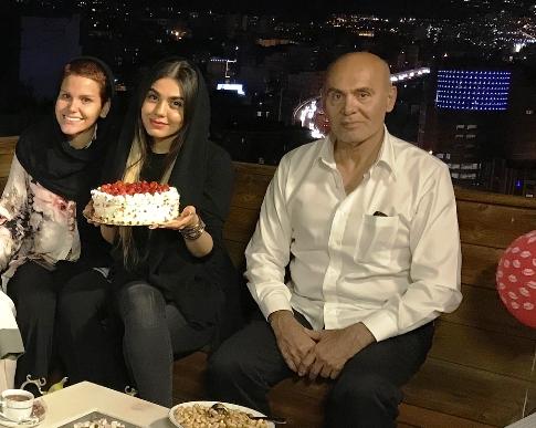 آزاده زارعي در کنار جمشيد هاشم پور و دخترش