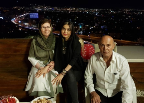 آزاده زارعي در کنار جمشيد هاشم پور و همسرش