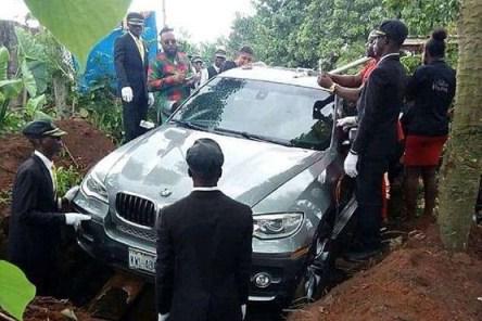 دفن جنازه پدر با ماشین BMW