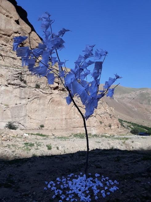 درختي با برگ هاي کاغذي