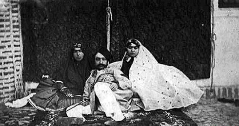 ناصرالدین شاه میان زنان حرمسرا