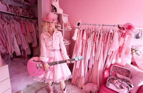 اتاق لباس زن علاقمند به رنگ صورتي