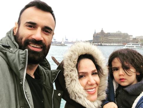 عادل غلامي در کنار همسر و فرزندش