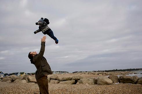انداختن کودک به بالا
