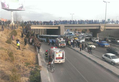 سقوط اتوبوس از روی پل به اتوبان چمران +عکس