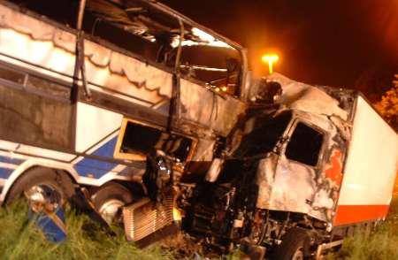 برخورد اتوبوس با کامیون 18 کشته برجای گذاشت