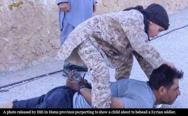 (تصویر) کودک داعشی در حال سربریدن یک سرباز سوری!