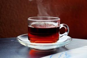 لیوانی که هم چای را گرم نگه می دارد هم گوشی را شارژ می کند! عکس