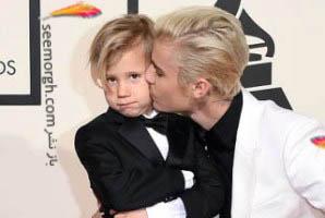 بی تفاوتی برادر جاستین بیبر به بوسه های جاستین!! عکس