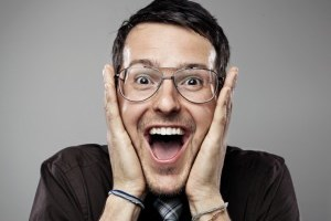 آرایشگری که با دهان موهای مشتری را کوتاه می کند!! عکس
