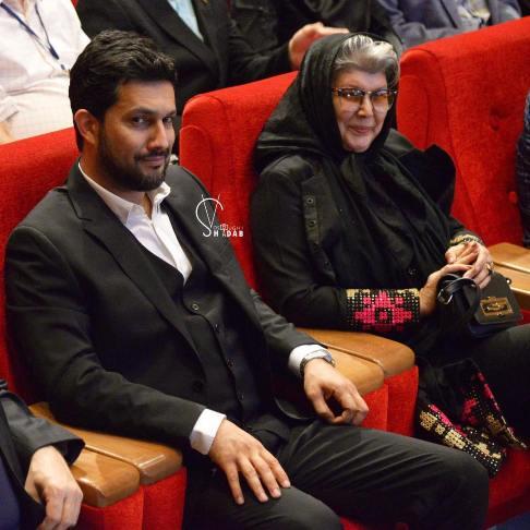 حامد بهداد در کنار مادرش