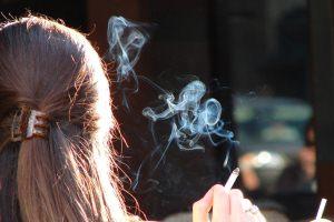 سیگار کشیدن دختر خانم ها و دلایل روان شناسی آن