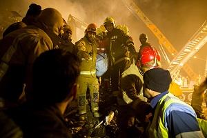 بیرون کشیدن جسد یکی از آتش نشانان+ عکس