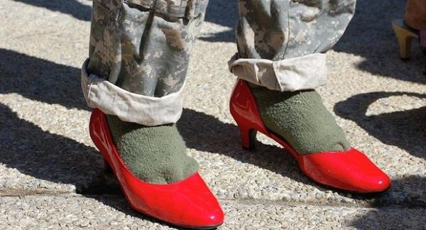 رژه سربازان آمریکایی با کفشهای پاشنهدار