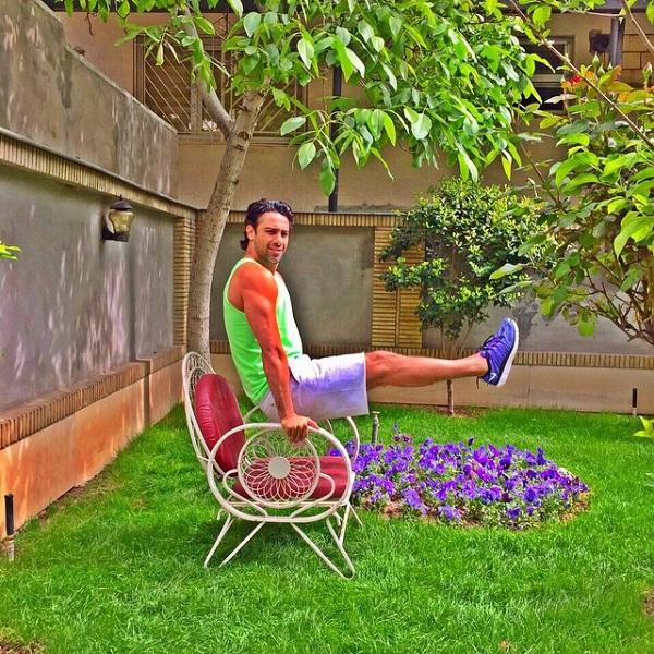 فرهاد مجیدی در حیاط خانه اش
