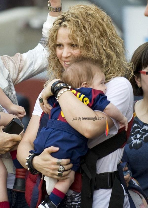 shakira-smooches-longtime-love-gerard-piqu-dresses-sons-father-s-uniform-fc-barcelona-match06.jpg