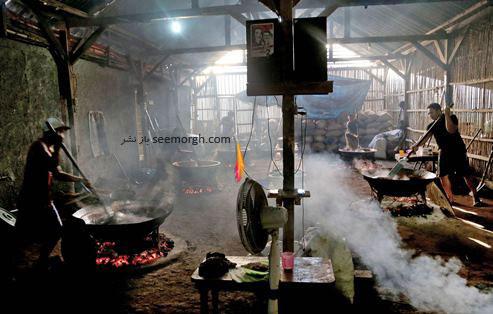 مردم اندونزی در حال آماده سازی یک نوع شیرینی مخصوص برای افطار در ماه رمضان