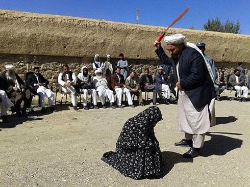 شلاق زدن یک زن به اتهام زنا +عکس